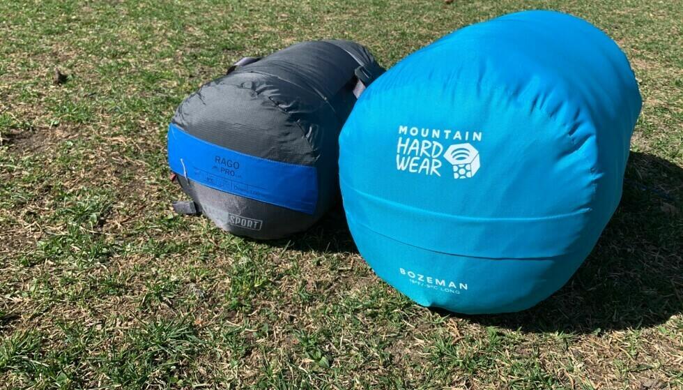 HELAN OG HALVAN: Her ser du hvor mye mindre plass dunposen tar enn en sovepose med fiberfyll. Det er også betydelig vektforskjell. Foto: Eilin Lindvoll