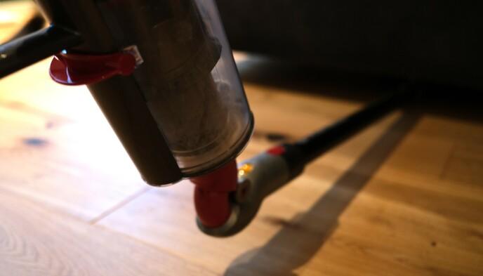 Det er enklere å komme til under møbler med den medfølgende adapteren. Foto: Martin Kynningsrud Størbu