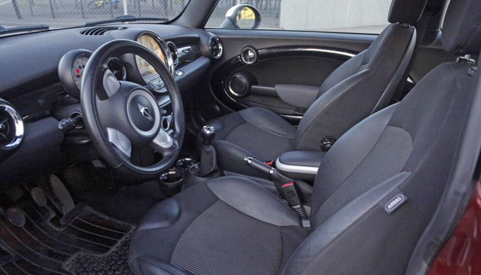 ULOVLIG: Har du tatt lappen for personbil med automatgir, har du ikke lov til å kjøre bil med girstang og clutch. Foto: Øystein B. Fossum