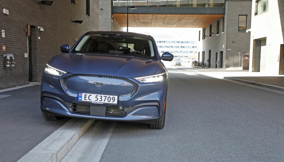 TILBAKEKALLES: Elbilen Ford Mustang Mach-e er Norges femte mest solgte bil hittil i år, men nå blir den kalt tilbake på grunn av fare for at vinduer kan løsne i fart. Foto: Øystein B. Fossum