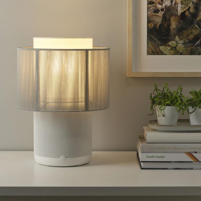 Modellen i hvit med skjerm i tekstil. Foto: Ikea