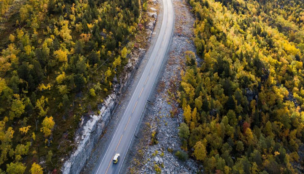 JAMMEANGREP: På denne veistrekningen i Troms og Finnmark tester blant annet Vegvesenet og Forsvaret ut forsvar mot GPS-jamming. Foto: Ole Åsheim, Nordlys Lab