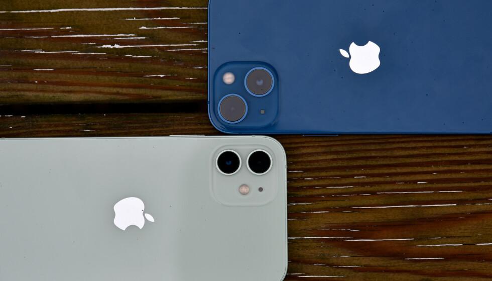 PÅ SKRÅ: På iPhone 13 (øverst) er de to kameraene nå skråstilt på kameramodulen, angivelig for at større bildebrikker trenger større plass. Foto: Pål Joakim Pollen