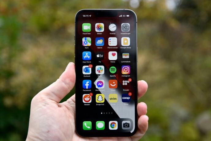 LIKE: Forfra ser iPhone 13 og iPhone 13 Pro slik ut - de er akkurat like store. Men når bildet begynner å bevege på seg, ser vi klart hvilken av dem som er Pro-utgaven. Foto: Pål Joakim Pollen