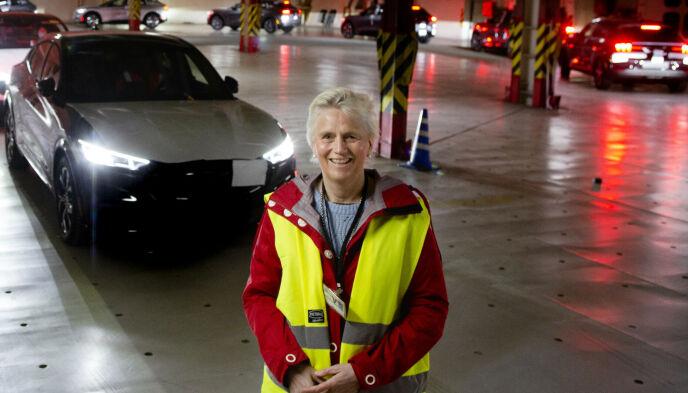Informasjonsdirektør Anne Sønsteby i Ford Motor Norge bedyrer at elbilen Mustang Mach-E er helt trygg å kjøre, til tross for motorhavari, tilbakekallinger og elgtest-stryk i Sverige. Foto: Ford