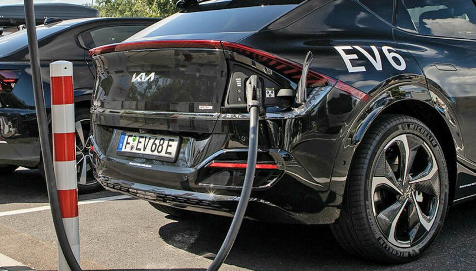 VERDENS RASKESTE LADER: Sveitsiske ABB lanserer nå verdens raskeste elbil-hurtiglader, som potensialt kan lade full en bil på et kvarters tid, med 360 kW ladehastighet. Her illustrert med elbilen Kia EV6, som kan ta imot 240 kW. Foto: Kia