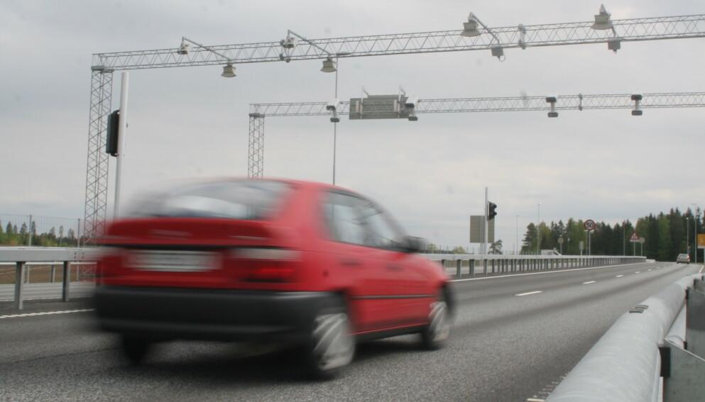 BOMSJOKK I HØSTFERIEN: Turen fra Sandvika utenfor Oslo til Otta i Gudbrandsdalen koster de 858 kroner i bompenger dersom du kjører en dieselbil uten bombrikke. Foto: Rune Korsvoll