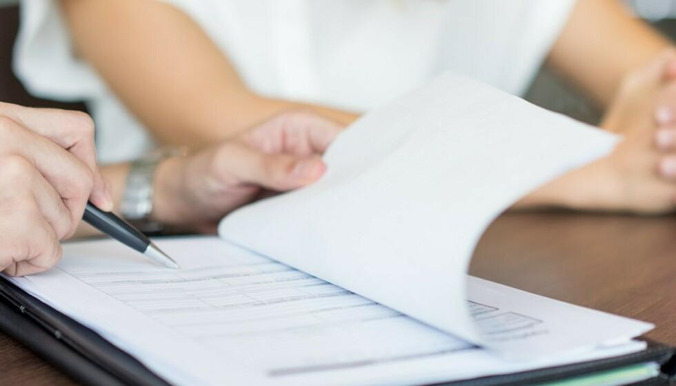 DEAL OR NO DEAL: I arbeidskontrakten din er det mye som er like viktig å sjekke som lønn, som for eksempel hvilke forsikringer arbeidsgiver kan tilby deg. Foto: Shutterstock/NTB