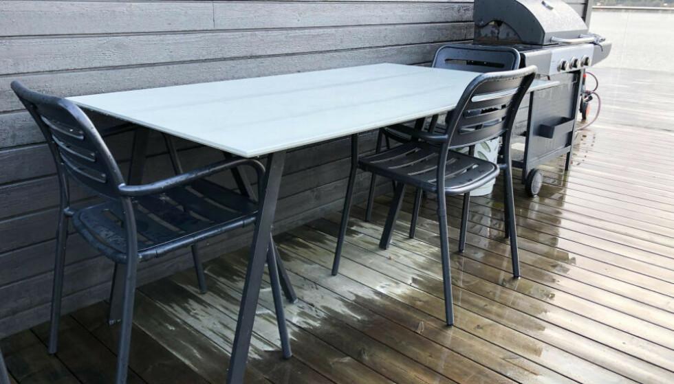HAGEMØBLER: Det er viktig å ikke la hagemøblene stå ubeskyttet gjennom høsten og vinteren. Foto: Linn Merete Rognø