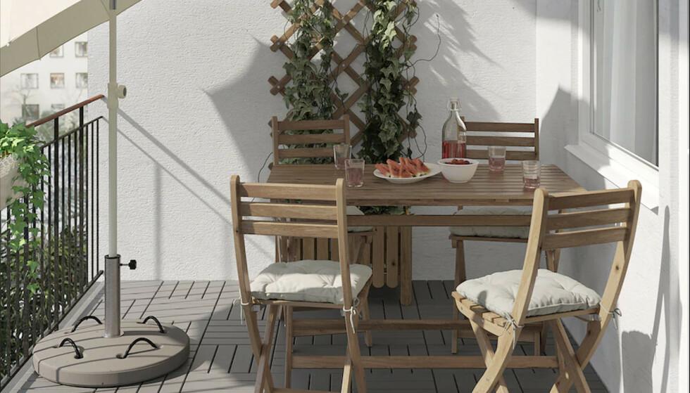 – KAN SPRENGE: Hagemøbler i treverk er spesielt utsatt for vann- og frostskader. Foto: Ikea
