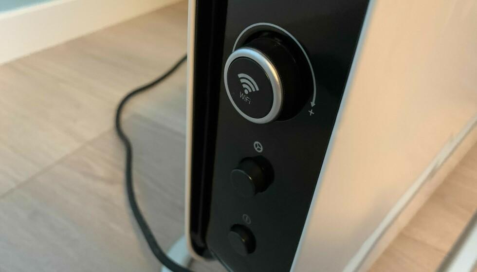 PÅKOBLET: Du kan bruke ovnen på «gamlemåten» og justere temperaturen ved å vri det øverste hjulet, eller koble til wifi-en hjemme og styre via Millheat-appen. Foto: Eilin Lindvoll