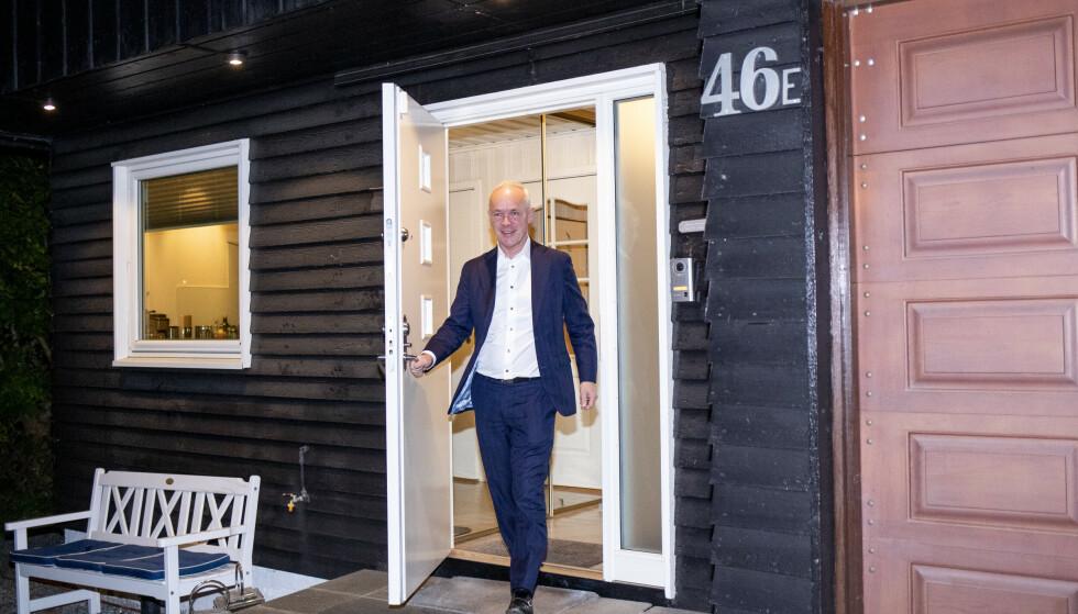 MORGENMØTE: Finansminister Jan Tore Sanner møter pressen hjemme før framleggelsen av hans og regjeringens forslag til statsbudsjett. Foto: NTB