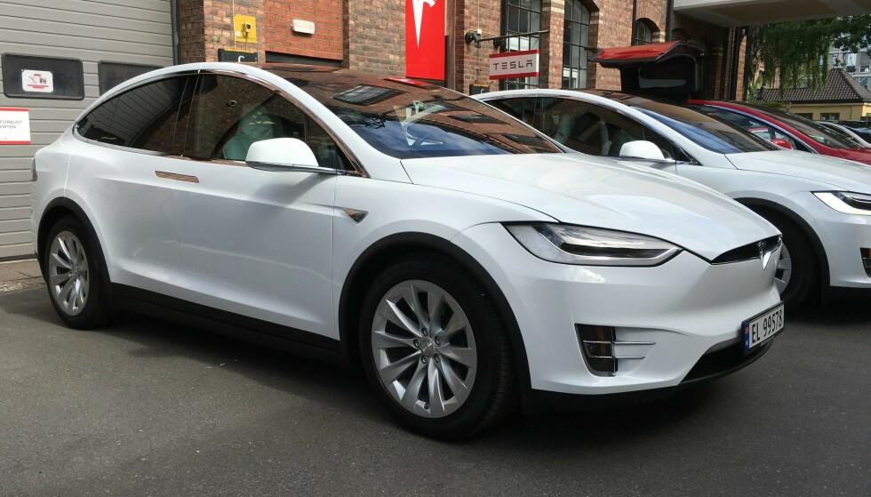 BLIR MOMSBELAGT: Neste år ser det ut til at Tesla Model X blir rundt 100.000 kroner dyrere når den nye regjeringen innfører moms på dyre elbiler. Foto: Jamieson Pothecary