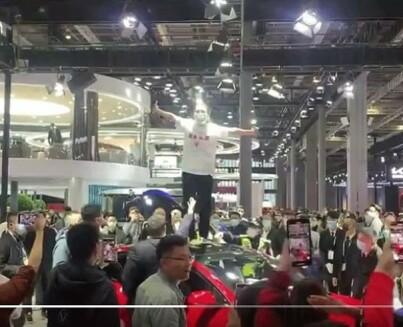 Image: Sint Tesla-kunde skriker ut!
